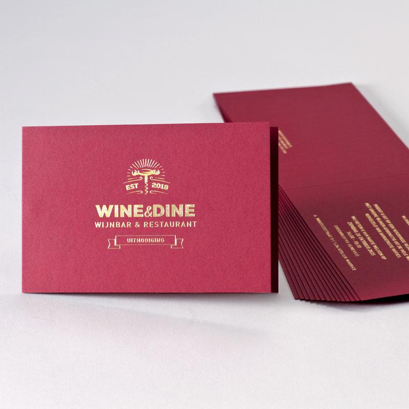 Bordeaux uitnodiging met een warme look