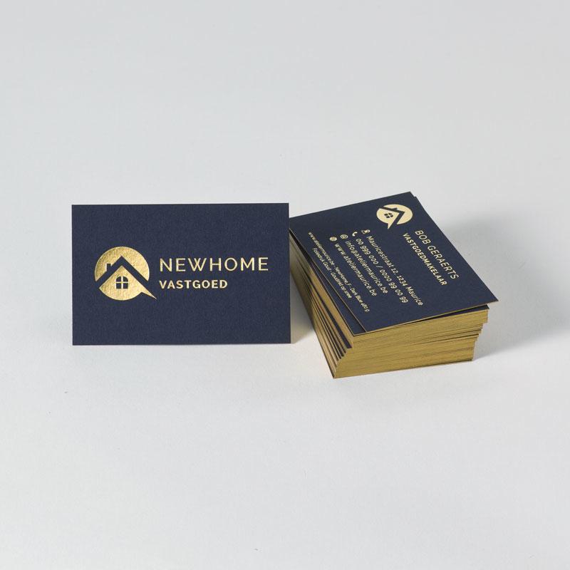 Donkerblauw visitekaartje met kleur op snee in goud