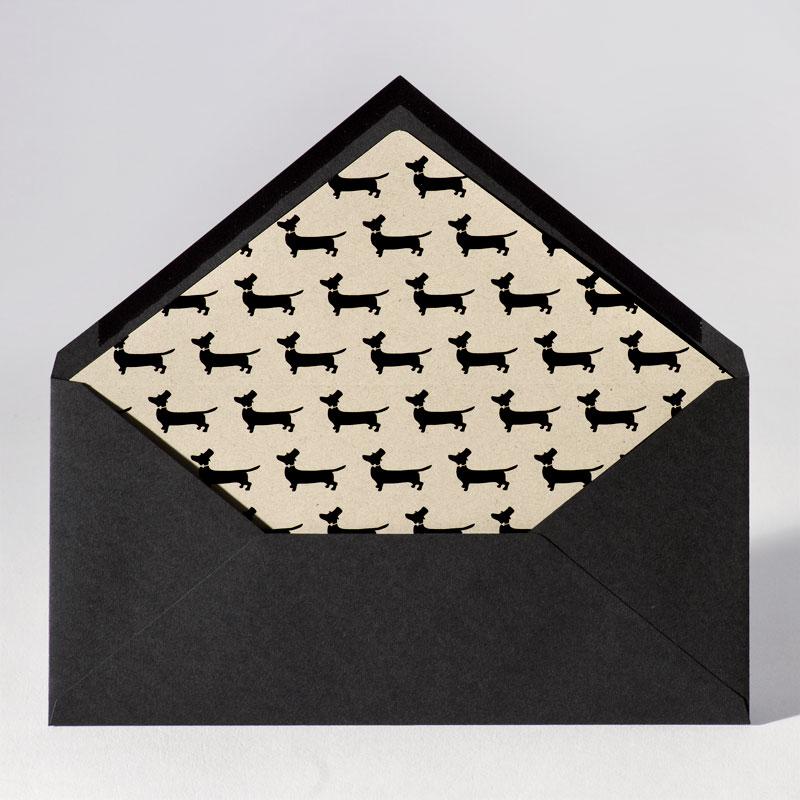 Zwarte enveloppe met inlegvel met hondjes (22,0 x 11,0 cm)