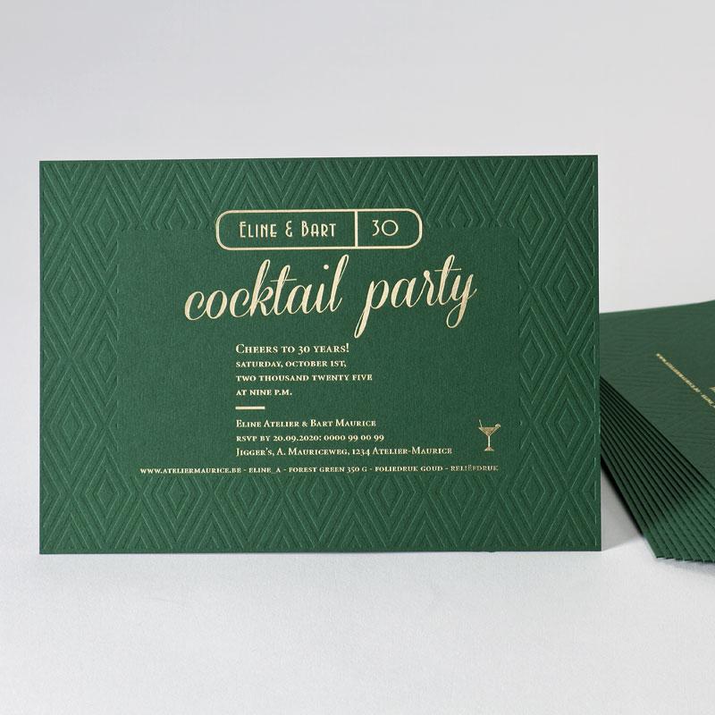 Forest green uitnodiging met reliëf, cocktailglas en goudfolie