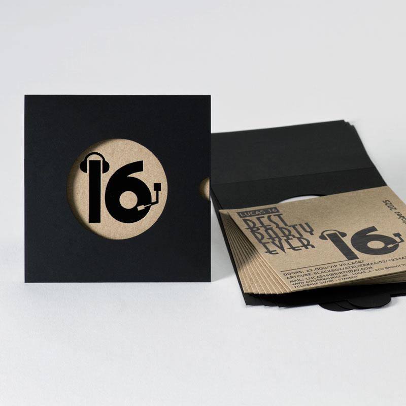 Hippe verjaardagsuitnodiging  sweet 16 met zwarte folie