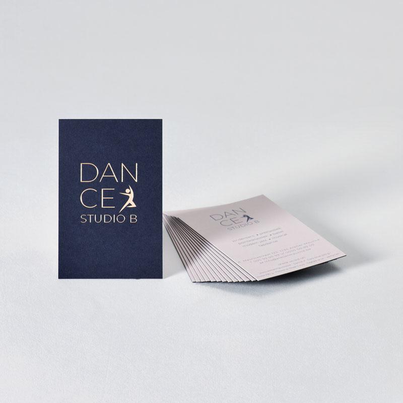 Verlijmd visitekaartje met blauw en nude papier